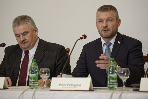 Zľava: Minister práce, sociálnych vecí a rodiny SR Ján Richter a predseda vlády SR Peter Pellegrini