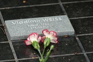 Pamätná tabuľka na počesť Vladimíra Weissa najstaršieho.