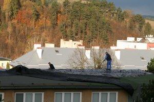 Strhnutá strecha na budove škôlky