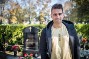 Tomáš Stríž pri hrobe svojho deda  v Bratislave, kde by chceli mať rodinnú kryptu.
