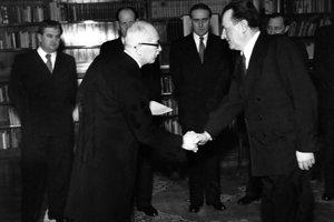 27. februára 1948 na Pražskom hrade predseda vlády Klement Gottwald (vpravo) skladá sľub do rúk prezidenta Edvarda Beneša. Cesta ku komunistickej totalite bola otvorená.