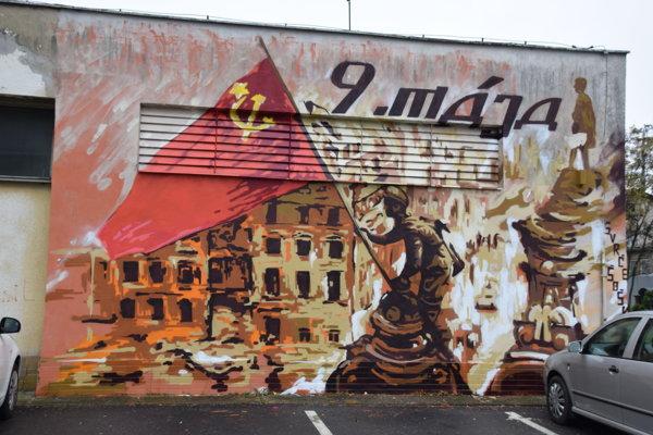 Na Ul. 9. mája pribudla kresba s vyobrazením vztyčovania sovietskej vlajky.