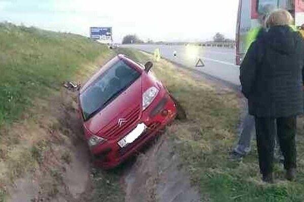 V Kechneci skončilo auto v priekope.