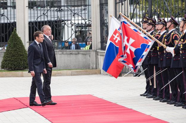 Emmanuel Macron sa stretol s Andrejom Kiskom.