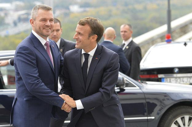 Emmanuel Macron (vpravo) sa stretol aj s Petrom Pellegrinim.