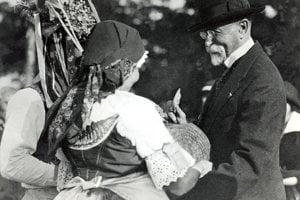 Krojovaný pár víta prezidenta T.G.Masaryka na Morave v Čejkoviciach (1924).