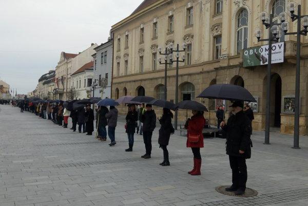 Ľudia s dáždnikmi sa  takmer nezmestili na Hlavnú ulicu.