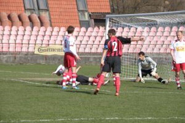 Riška (č. 2) dal jediný gól Púchova v Senci.