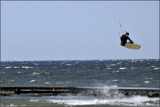 Kitesurfing dnes zahŕňa niekoľko techník, vrátane skokov.