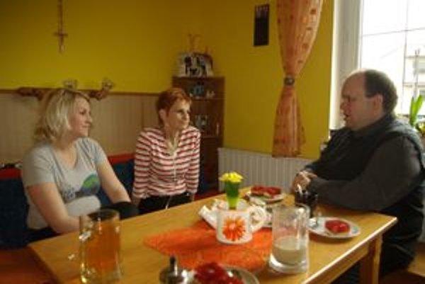 Janka (v strede) s dcérou a Františkom Galvánkom.
