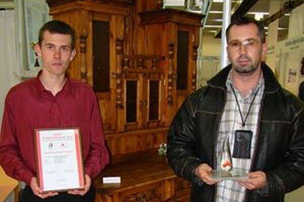 Na snímke jeden z tvorcov J. Adamčík vľavo) s majstrom R. Suchárom.