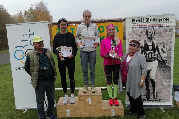 Najrýchlejšie ženy v absolútnom poradí: v strede Ľubomíra Maníková, naľavo od nej Radka Prívarová, napravo Ivana Gajdošíková.