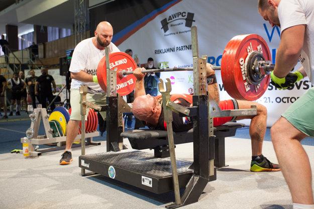 Richárd Buda vytlačil 370 kilogramov.