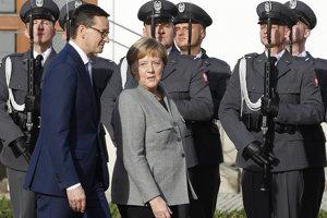 Poľský premiér Mateusz Morawiecki a nemecká kancelárka Angela Merkelová absolvujú vojensskú prehliadku vo Varšave.