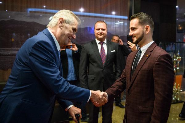 Prezident Zeman si podáva ruku s riaditeľom Hotela Turiec.