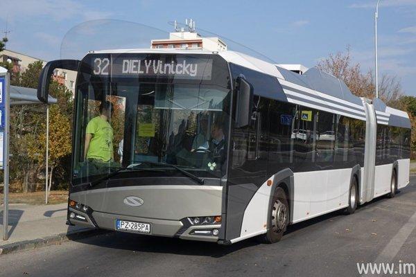 Elektrobus nasadzujú na rôzne linky.