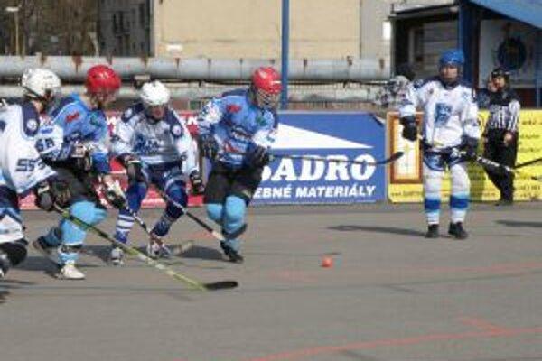 V súboji juniorov vyhral Olympionik Pov. Bystrica (v modrom) nad Nitrou 3:0.