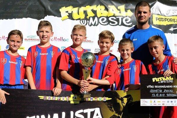 Úspešné deti so svojim trénerom