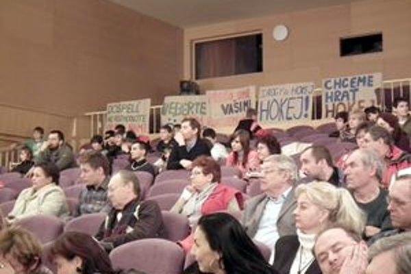 Na rokovaní boli prítomní aj mladí hokejisti. Svoj názor vyjadrili plagátmi.