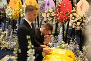 Futbalista Leicesteru City Jamie Vardy (vľavo) sa lúči so zosnulým majiteľom.