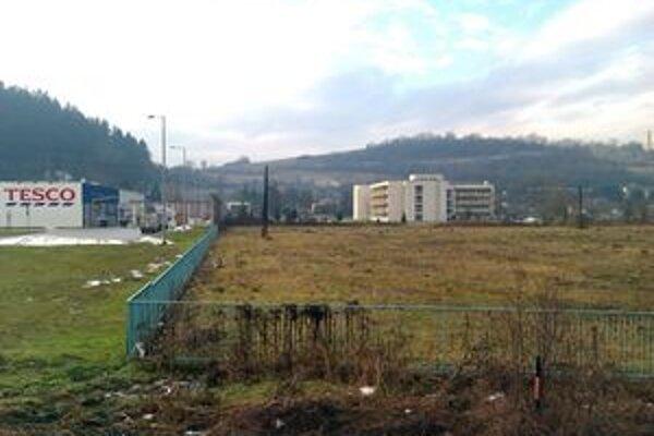 Pozemky sa nachádzajú v lukratívnej lokalite medzi nemocnicou a Tescom.