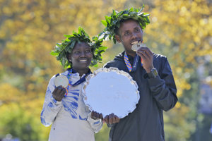 Víťazi Newyorského maratónu - Mary Keitanyová a Lelisa Desisa.