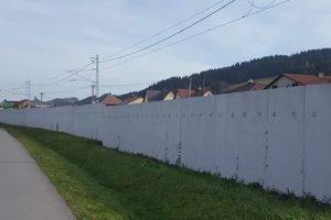 """Mnohí protihlukovú stenu nazývajú """"berlínskym múrom""""."""