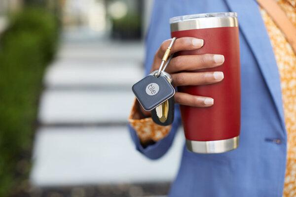 prívesok na kľúče, tašku a hocičo Tile Mate, ktorý môžete prezvoniť, ak vec stratíte.