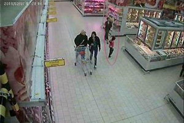 Podozrivé osoby (označené) zachytila priemyselná kamera.