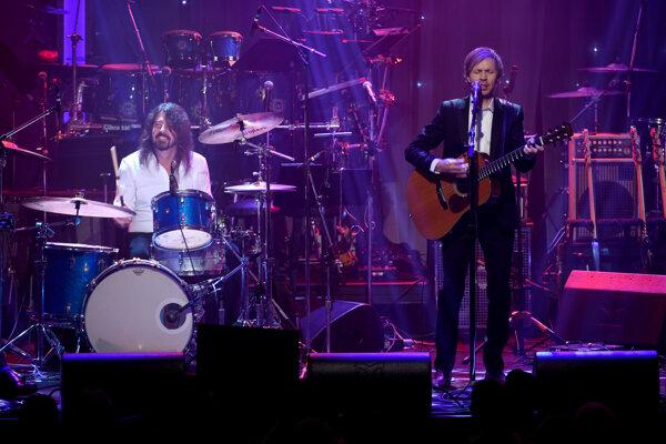 Za bicie si sadol Dave Grohl z Foo Fighters, spevák Beck si zahral na akustickej gitare