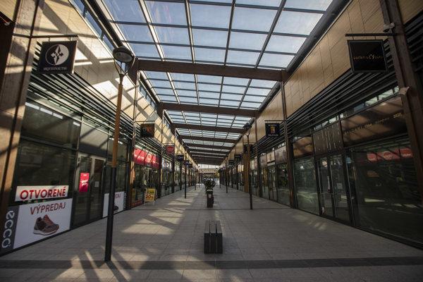Outlet vo Voderadoch po zatvorení takmer všetkých obchodov.