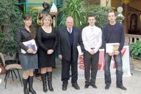 Hlavní aktéri a časť výhier.Zľava: Ľ. Bučková - Kvaššayová, D. Manová, L.  Jesenský, P. Lališ a D. Boháčik.