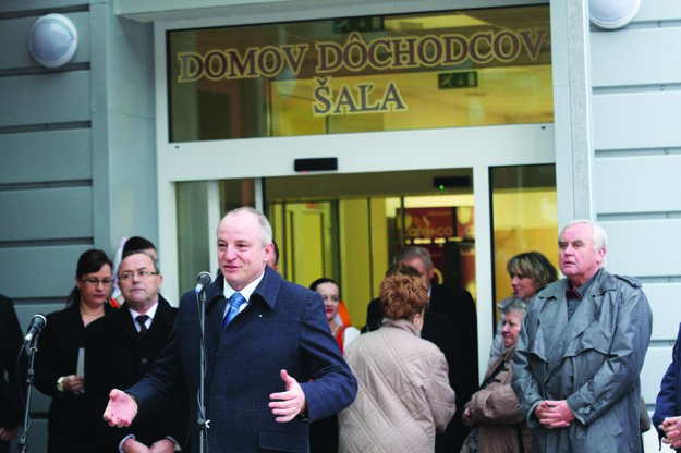 Podľa primátora Šale Jozefa Belického nemá radnica voči dodávateľovi žiadne pohľadávky.