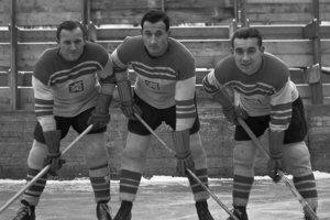 Obávaný útok československého hokejového mužstva - zľava Ladislav Troják, Vladimír Zábrodský a Stanislav Konopásek.