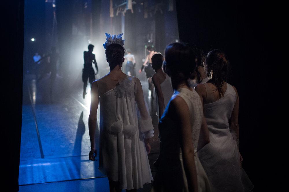 Scéna pôsobí vkusne, nedráždi pohľad diváka, no svetlá mieria presne na kraje pódia, kde tanečníci čakajú na svoj nástup.