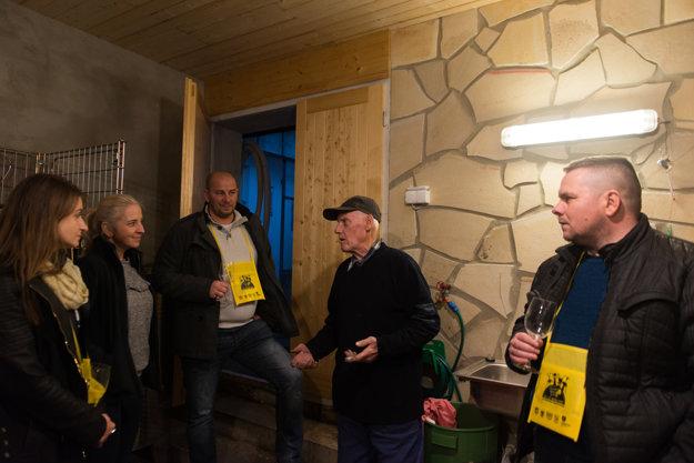 Čiperný 82-ročný Štefan Vlček rád porozprávalk o výrobe tradičného ríbezľového vína.