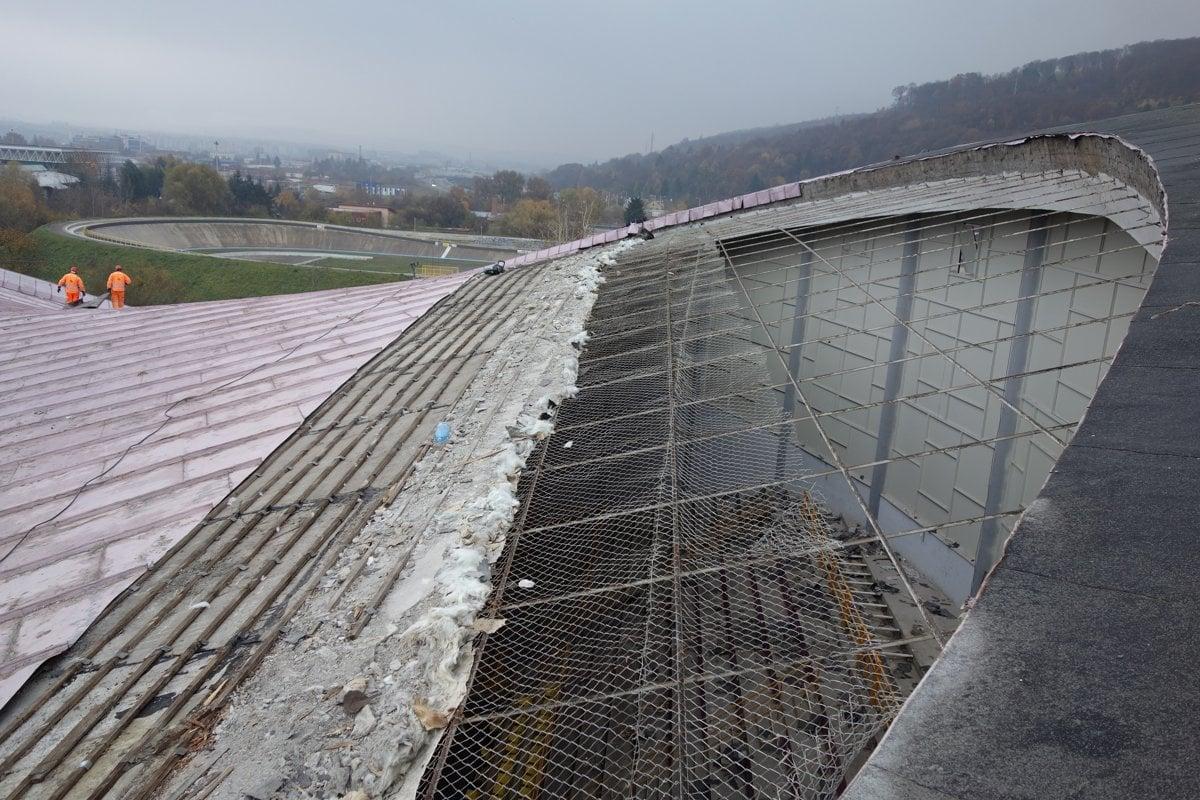 6484f2adcc72c Práce na zimnom štadióne sa už začali. Čo ukrývala strecha ...