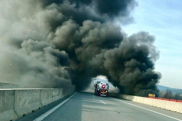 Nad diaľnicou sa objavil hustý dym.