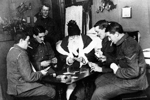 Zranení vojaci hrajú karty v londýnskej nemocnici.