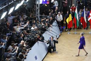 Premiérka Mayová na tlačovej konferencii.