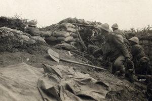 Talianski vojaci očakávajú útok rakúsko-uhorskej armády na Piave.