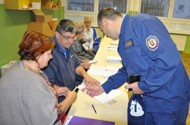 Už pár minút po siedmej hodine prišiel v dolnokubínskom piatom obvode voliť profesionálny hasič Peter Dúha.