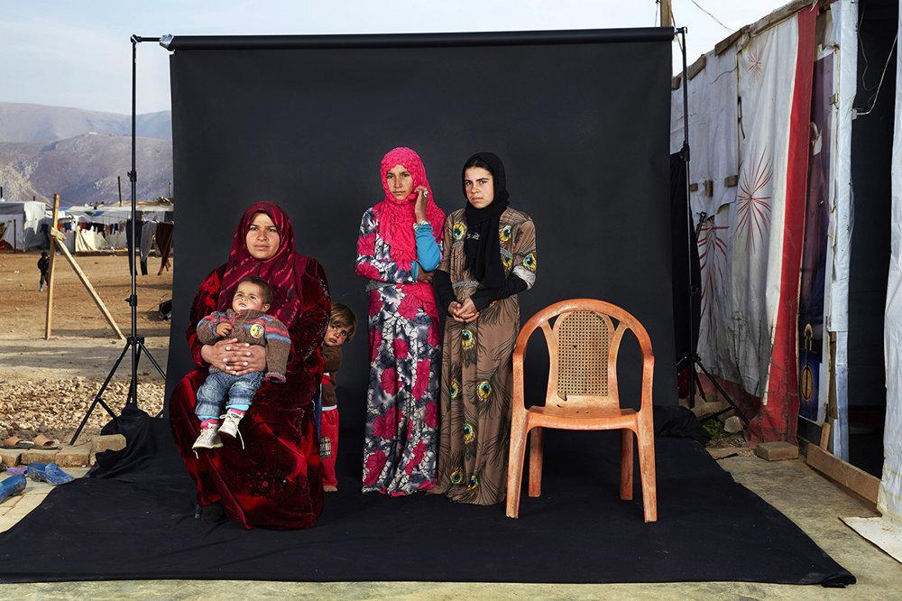 Portrét utečeneckej sýrskej rodiny v libanonskom tábore v Bekaa. Prázdna stolička predstavuje členov rodiny, ktorí buď zomreli vo vojne alebo ktorých miesto pobytu bolo neznáme. (Tretia cena, ľudia.)Dario Mitidieri/World Press Photo.