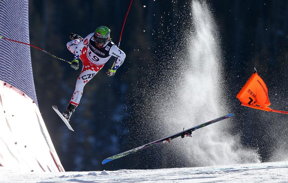 Pád českého lyžiara Ondřeje Banka počas zjazdu do kombinácie v  Beaver Creeku. (prvá cena/šport) Jonas Lindkvist/World Press Photo.