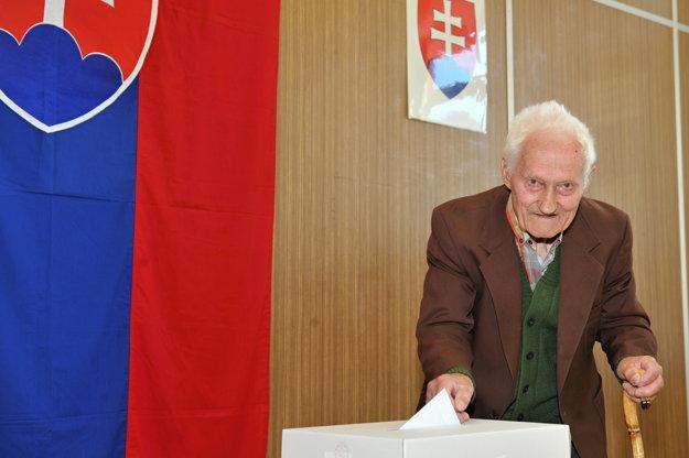 93-ročný Vincent Dávidík vhadzuje obálku s hlasovacím lístkom  vo volebnej miestnosti v Terchovej.