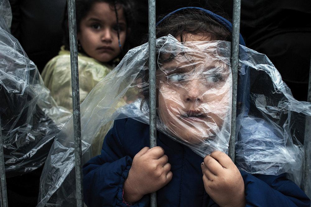 Dieťa v pláštenke čaká v rade na registráciu v utečeneckom tábore Prešovo.  (prvá cena/ľudia). Magic Zorman/World Press Photo.