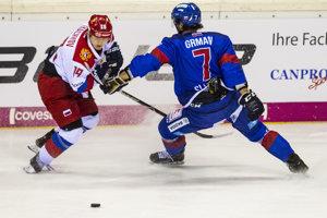 Na snímke vľavo Vladimir Tkačov (Rusko) a vpravo Mário Grman (Slovensko) v zápase hokejového turnaja o Nemecký pohár Slovensko - Rusko.