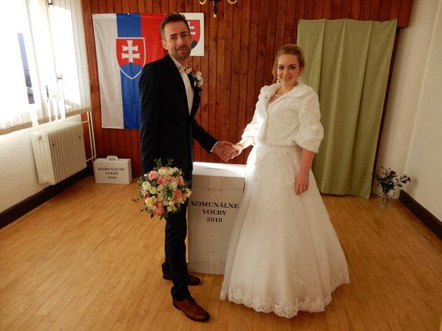 Manželia Oleňákovci vo volebnej miestnosti v Ľubeli.