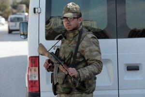 Turecký vojak hliadkuje na mieste útoku.
