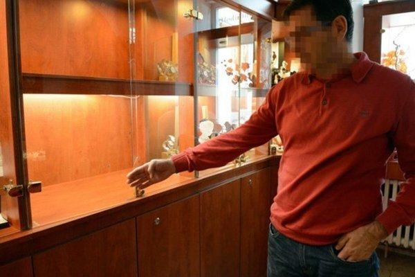 Rozbitá vitrína. Majiteľ ukazuje už len prázdne miesto po šperkoch.
